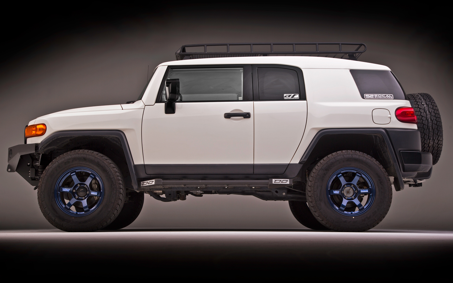 9827186toyota-fj-cruiser-falken-tire-wildpeak-a-t-side