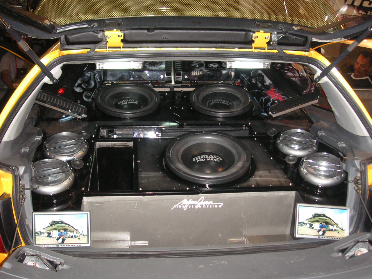 Multiple_subwoofers_in_a_car_hatchback